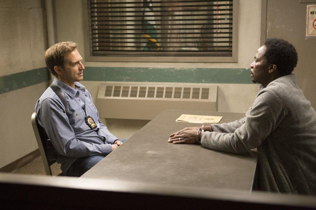 Jake (Josh Lucas, l.) verhört den Verdächtigten, Charles (Harold Perrineau, r.), im Falle eines ermordeten Sportchirurgen ... - Bildquelle: 2015 Warner Bros. Entertainment, Inc.