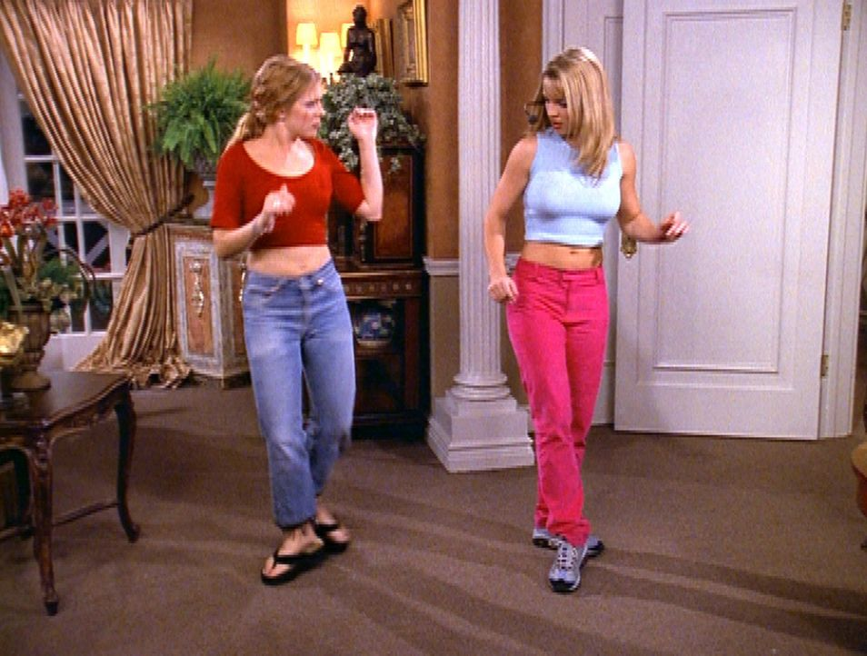 In Paris bekommt Sabrina (Melissa Joan Hart, l.) Besuch von Britney Spears (Britney Spears, r.). - Bildquelle: Paramount Pictures