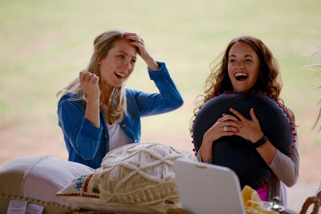 Haben sichtlich Spaß beim Dekorieren: Michelle (l.) und Brianna (r.) .... - Bildquelle: 2015,HGTV/Scripps Networks, LLC. All Rights Reserved