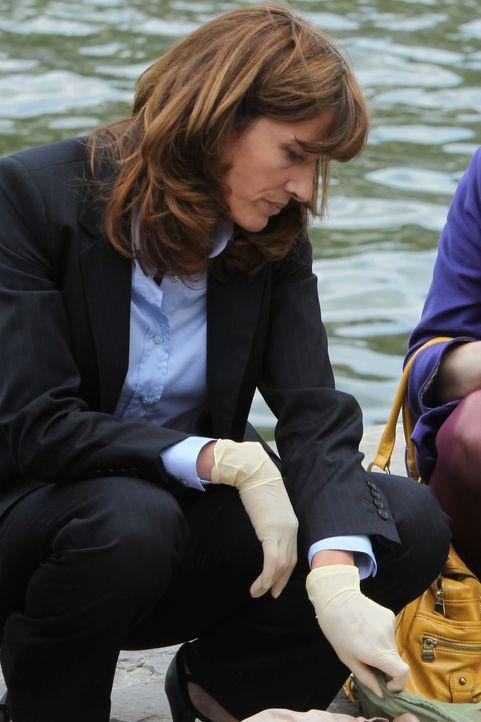 Kann die Gerichtsmedizinerin (Valérie Dashwood) wichtige Informationen zur Klärung des Falles geben? - Bildquelle: 2011 BEAUBOURG AUDIOVISUEL