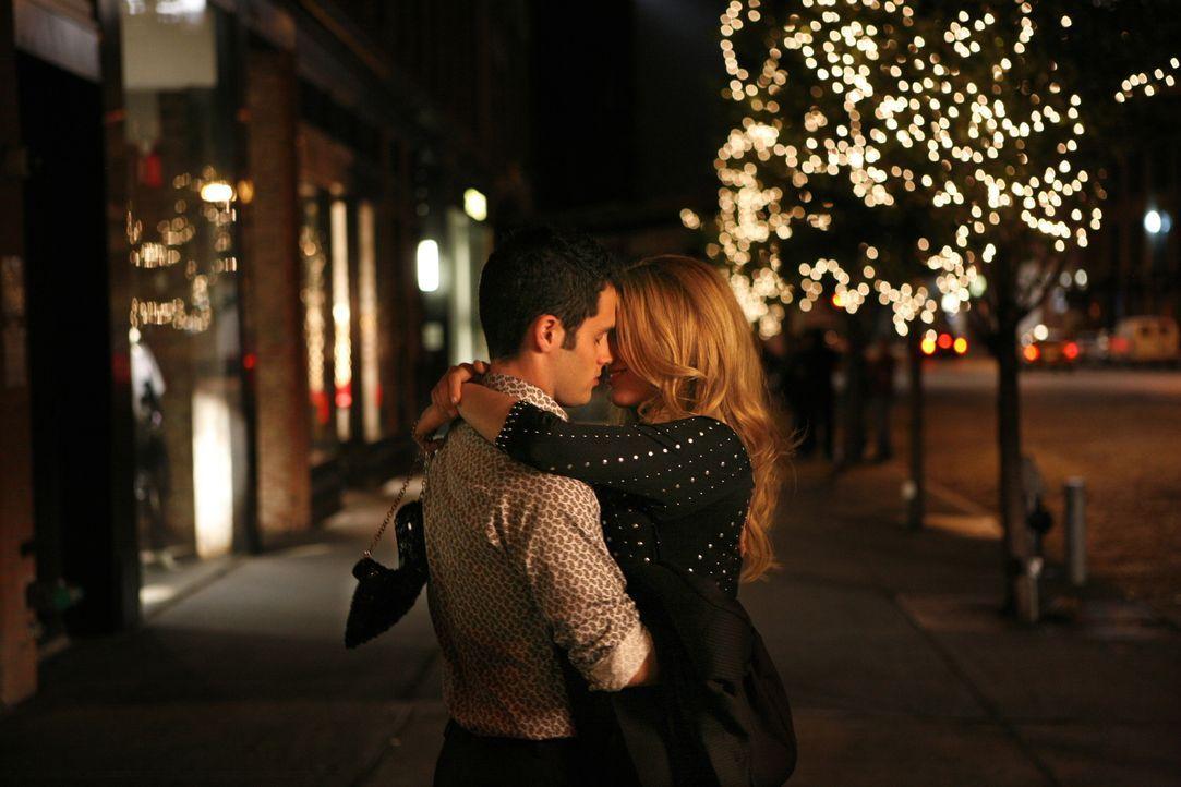 Romantisch und gefühlvoll verläuft der erste Kuss zwischen Serena (Blake Lively, r.) und Dan (Penn Badgley, l.) ... - Bildquelle: Warner Brothers