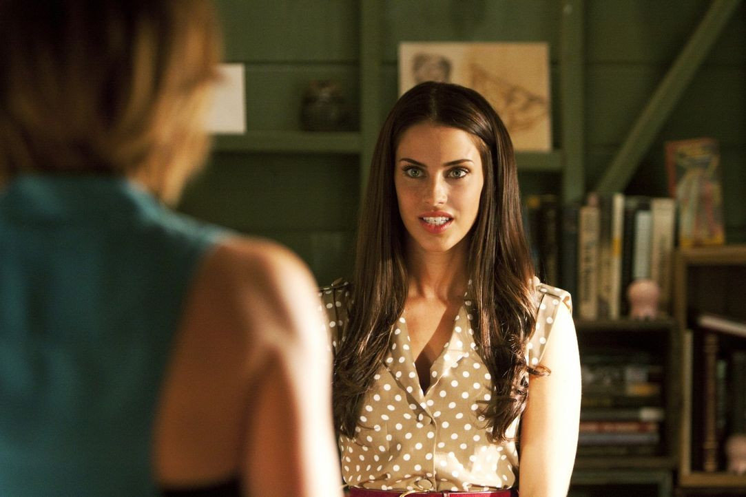 Adrianna (Jessica Lowndes, r.) legt sich mit Erin (Jessica Stroup, l.) an ... - Bildquelle: TM &   2011 CBS Studios Inc. All Rights Reserved.