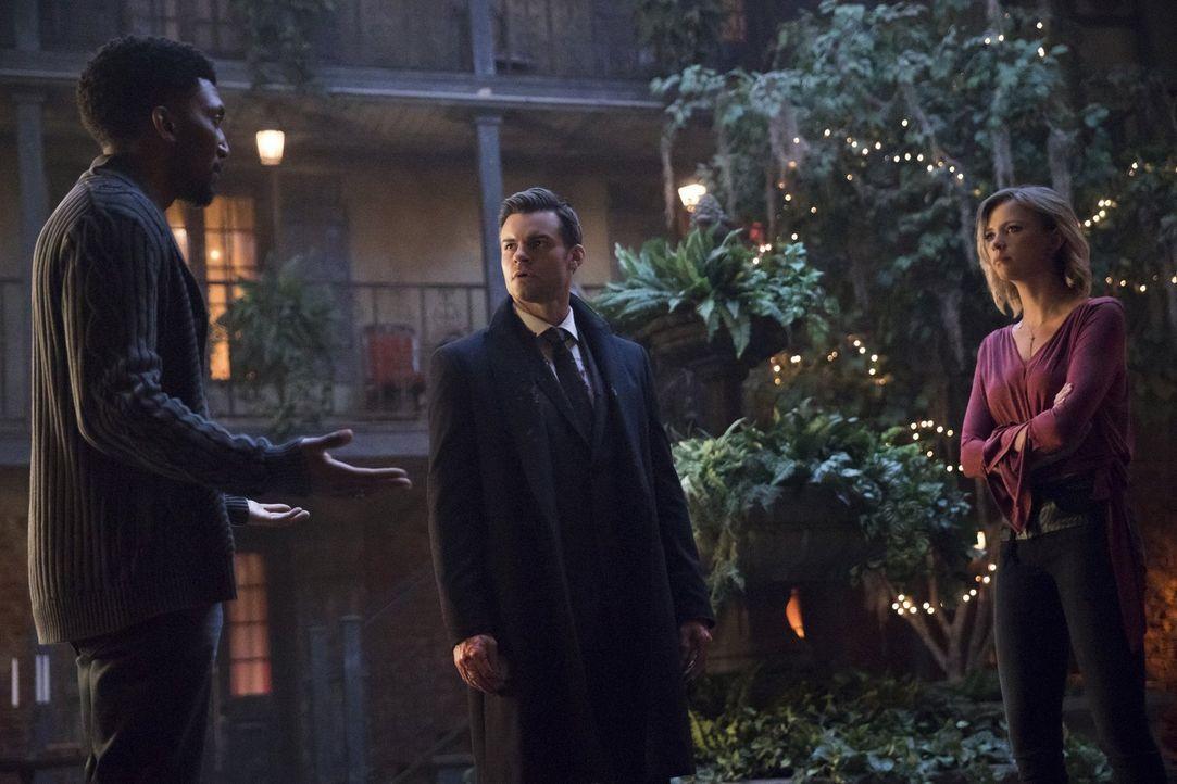 Können Elijah (Daniel Gillies, M.) und Freya (Riley Voelkel, r.) Vincent (Yusuf Gatewood, l.) vertrauen, wenn er sagt, dass er die dunkle Macht ledi... - Bildquelle: 2016 Warner Brothers