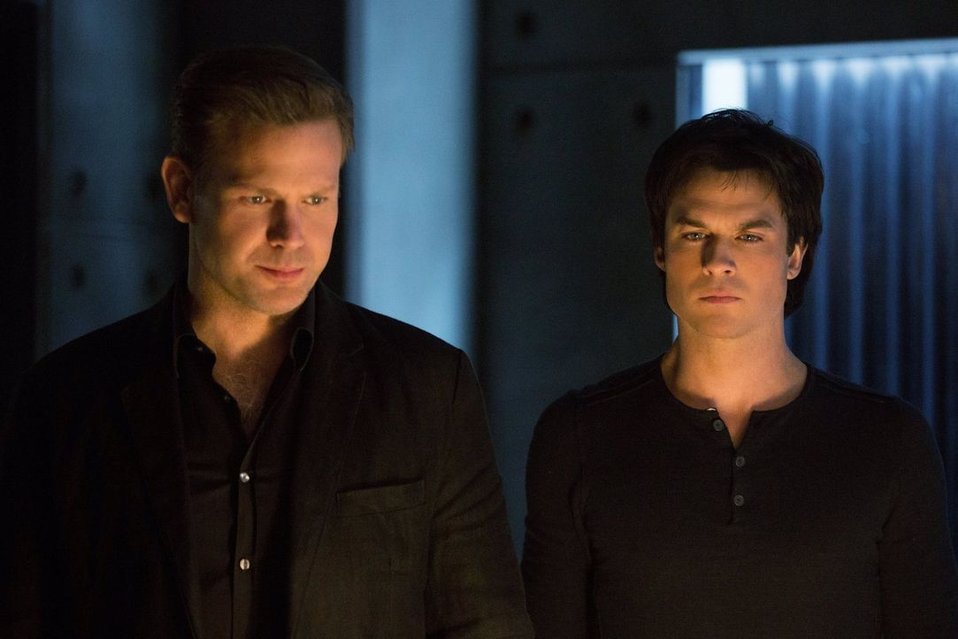 Wie wird Damon (Ian Somerhalder, r.) reagieren, als Alaric (Matthew Davis, l.) ihm seine Hilfe versagt und damit Stefans menschliches Leben aufs Spi... - Bildquelle: Warner Bros. Entertainment, Inc.