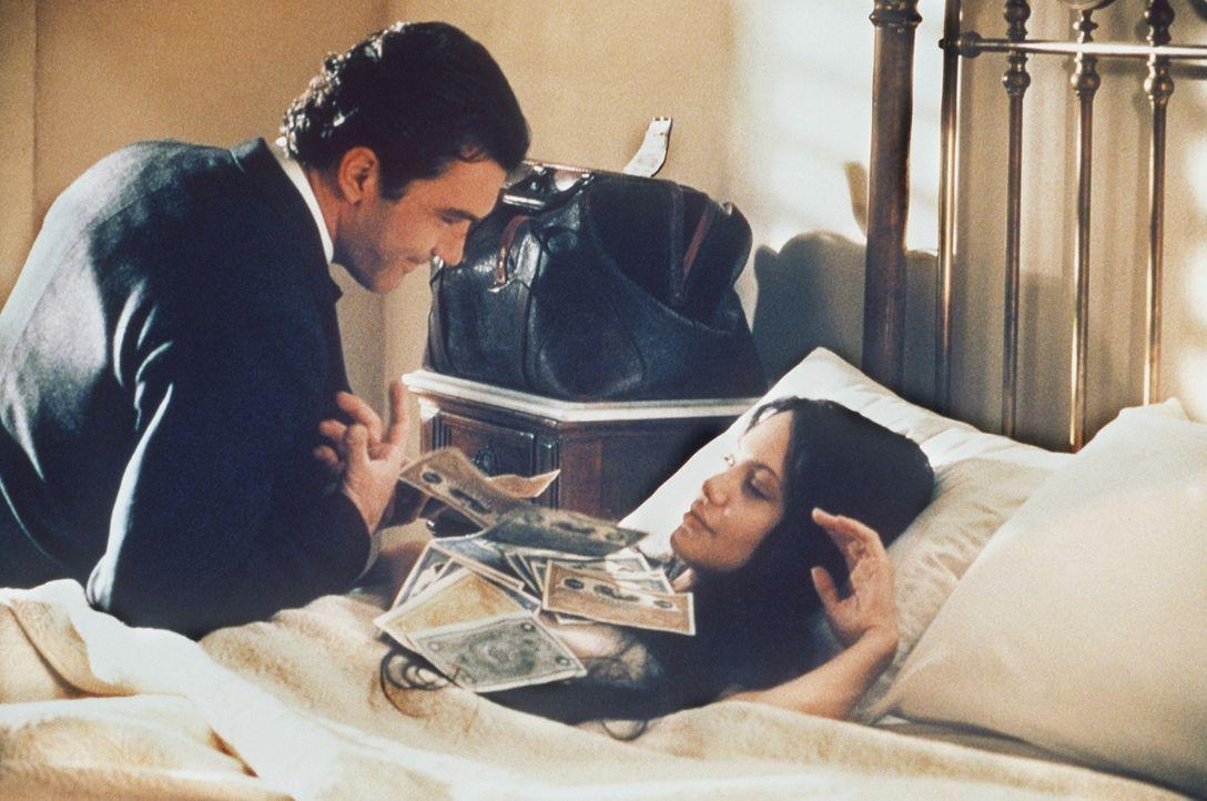 Über eine Annonce lernt der wohlhabende kubanische Kaufmann Luis Antonio Vargas (Antonio Banderas, l.) die hübsche Amerikanerin Julia Russell (Ang... - Bildquelle: Metro-Goldwyn-Mayer Distributing Corporation