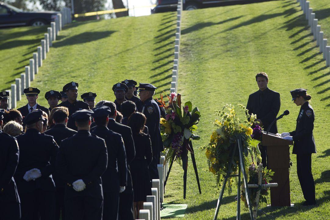 Richard Castle (Nathan Fillion, 2.v.r.) und Kate Beckett (Stana Katic, r.) nehmen Abschied von einem geschätzten Kollegen ... - Bildquelle: ABC Studios