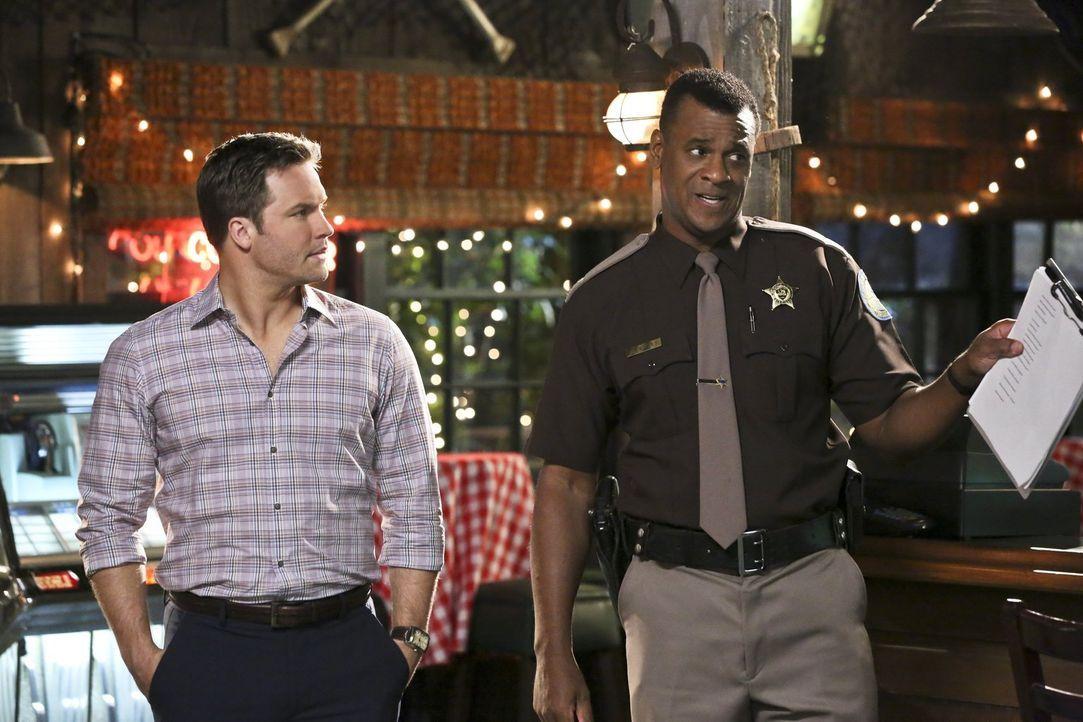 Nachdem Shelby aus mysteriösen Gründen ihren Auftritt abbrechen muss, ermittelt Sheriff Bill (John Eric Bentley, r.) in alle Richtungen, doch Anwalt... - Bildquelle: 2014 Warner Brothers