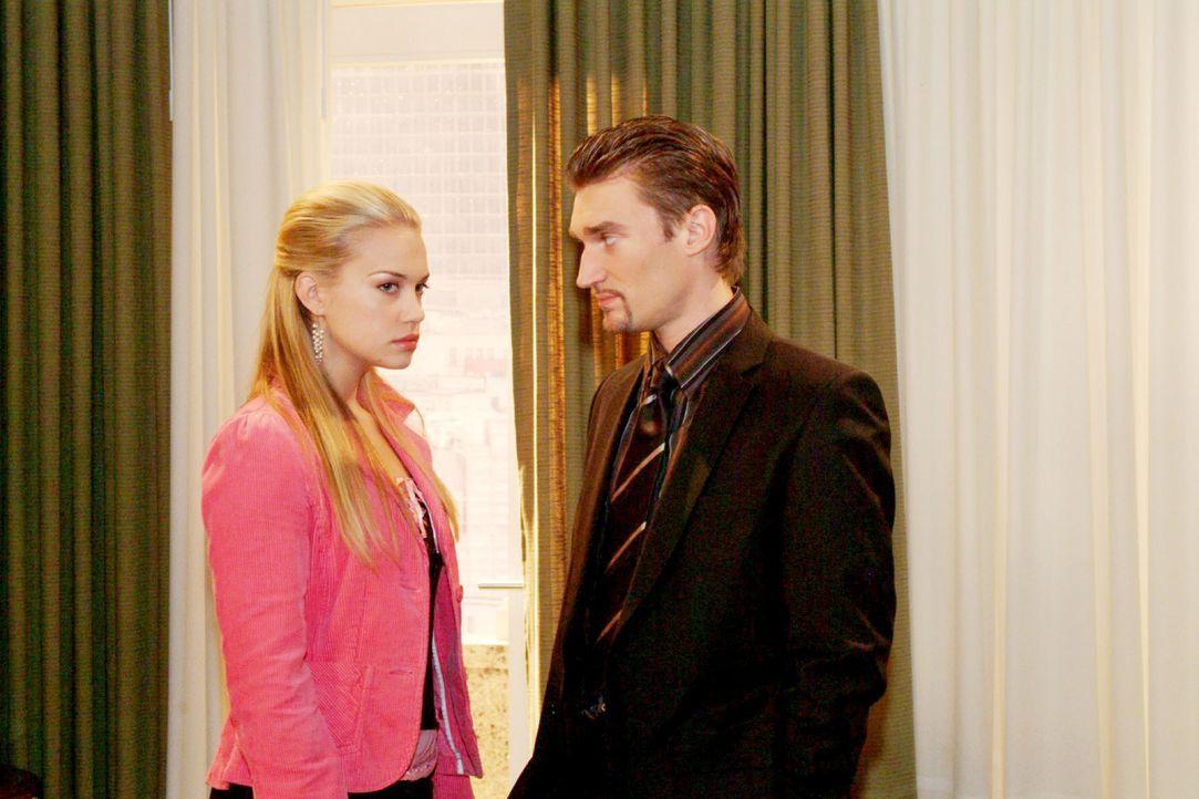 Kim (Lara-Isabelle Rentinck, l.) ist enttäuscht über Richards (Karim Köster, r.) eiskalte Abfuhr - ist er schließlich nicht nur Davids, sondern auch... - Bildquelle: Monika Schürle SAT.1 / Monika Schürle
