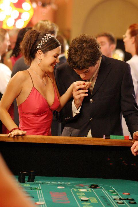 Auf der 'Casino Night' trifft Seth (Adam Brody, r.) auf Summer (Rachel Bilson, l.) und verhilft ihr zum Gewinn ... - Bildquelle: Warner Bros. Television