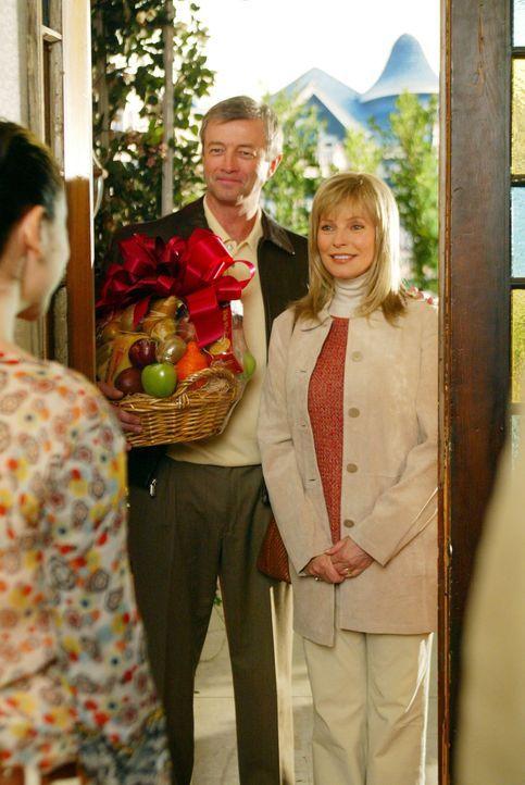 Doris (Cheryl Ladd, l.) und Victor (James Read, M.) überbringen Geschenke für Piper's und Leo's Kind ... - Bildquelle: Paramount International Television