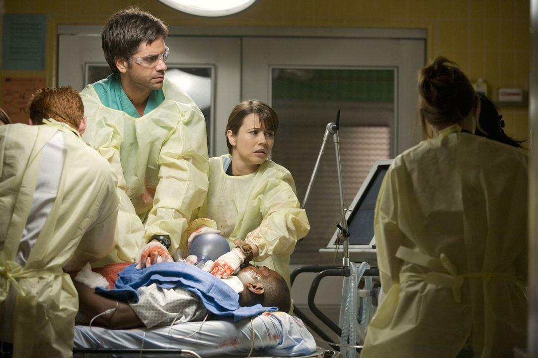 Können sie den schwerverletzten Pratt (Mekhi Phifer, liegend) retten?: Morris (Scott Grimes, l.), Gates (John Stamos, 2.v.l.), Sam (Linda Cardellin... - Bildquelle: Warner Bros. Television