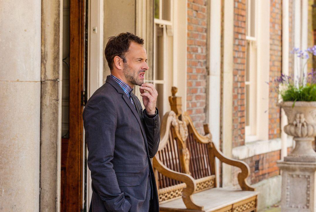 Sherlock Holmes (Jonny Lee Miller) wird von Scotland Yard nach London gerufen, um bei der Aufklärung eines Falles mitzuhelfen ... - Bildquelle: CBS Television