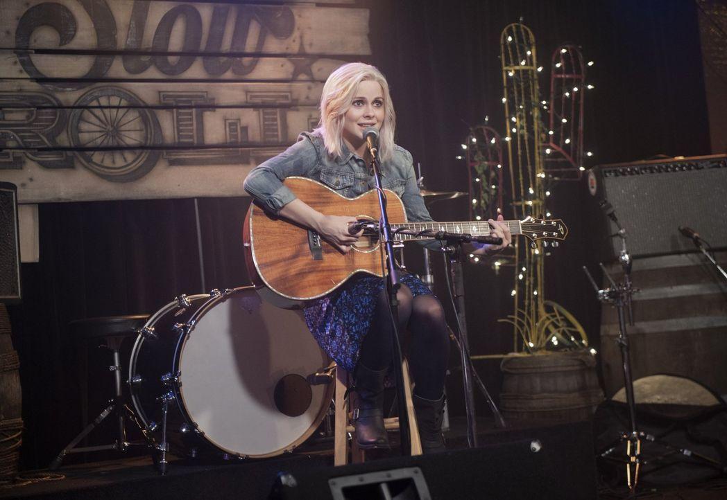 Das Gehirn einer Country-Musik-singenden Kellnerin beeinflusst Liv (Rose McIver) so sehr, dass sie sogar selber zur Künstlerin wird ... - Bildquelle: 2014 Warner Brothers