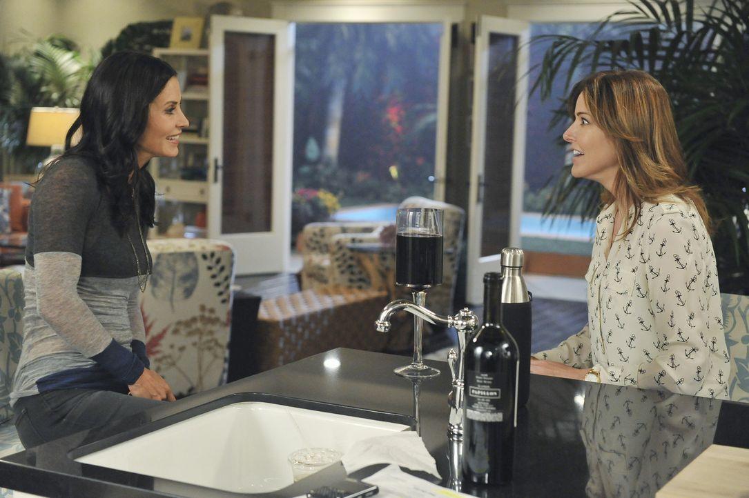 Ellie (Christa Miller, r.) erzählt Jules (Courteney Cox, l.), dass ihre Mutter zu Besuch kommt. Das Verhältnis von Ellie und ihrer Mutter ist äu - Bildquelle: 2011 American Broadcasting Companies, Inc. All rights reserved.