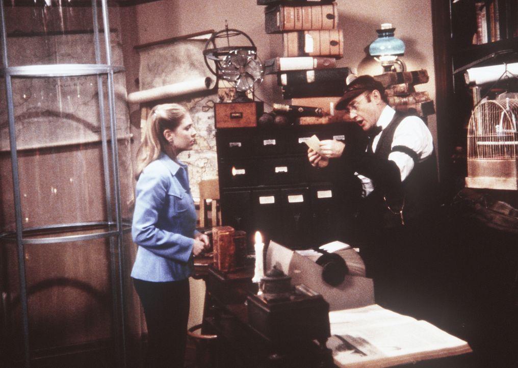 Sabrina (Melissa Joan Hart, l.) geht in die Registratur und hofft mit Hilfe der gespeicherten Daten, die von ihr vergraulte Freundin ihres Vaters wi... - Bildquelle: Paramount