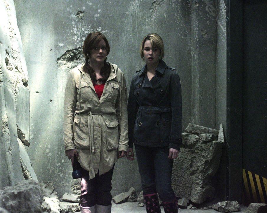 Auch die beiden Mädchen Lori (April Matson, l.) und Amanda (Kirsten Prout, r.) können die Finger nicht davon lassen und betreten das verlassene Ge... - Bildquelle: TOUCHSTONE TELEVISION