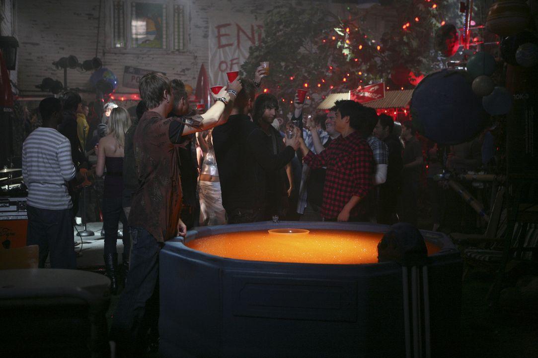 """Die Kappa Taus feiern unter dem Motto """"Das Ende der Welt"""" eine Party, da ihnen wegen des Wagenstreichs vorübergehend alle sozialen Aktivitäten verbo... - Bildquelle: 2009 DISNEY ENTERPRISES, INC. All rights reserved. NO ARCHIVING. NO RESALE."""