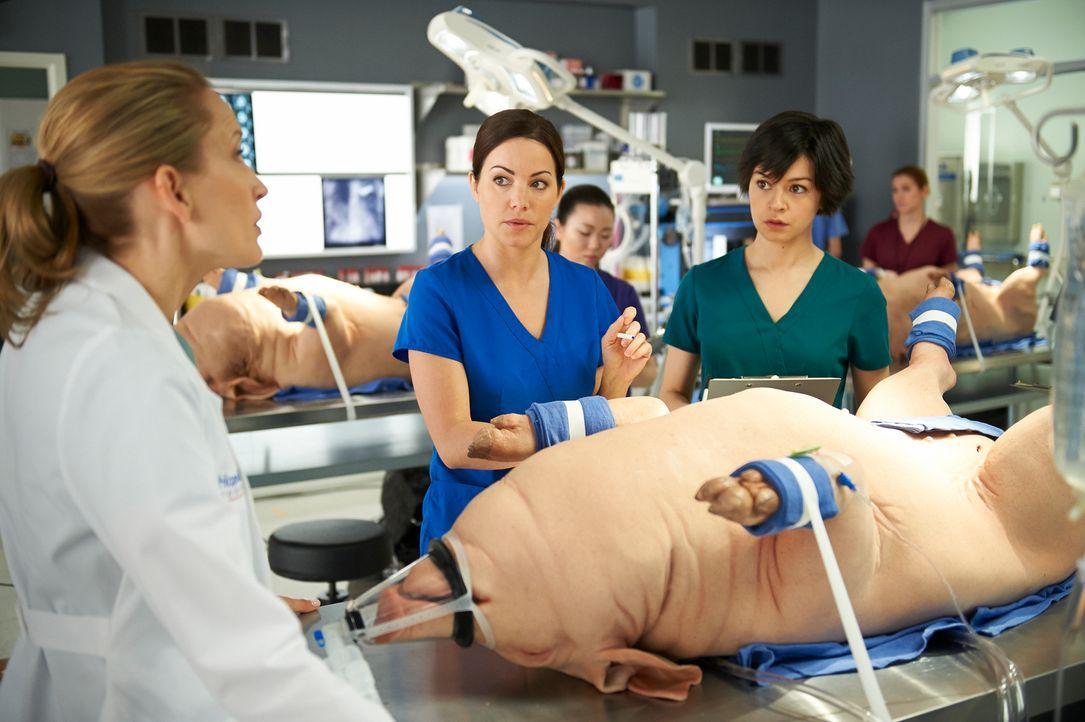 Auch Maggie (Julia Taylor Ross, r.) wird immer mehr klar, dass die schwierige OP nur funktionieren kann, wenn Alex (Erica Durance, M.) sich endlich... - Bildquelle: 2012  Hope Zee One Inc.