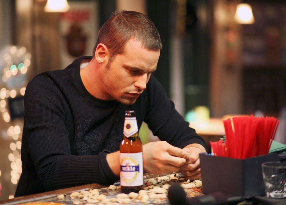 Spricht sich in Joe's Bar mit Izzie aus: Alex (Justin Chambers) ... - Bildquelle: Touchstone Television