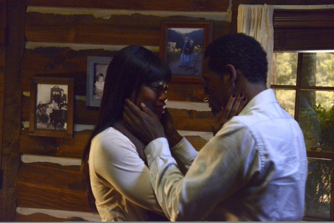 Cynthia (Jill Marie Jones, l.) möchte gerne glauben, dass ihr Mann Frank (Orlando Jones, r.) wirklich wieder da ist, aber die Zweifel lassen sich ni... - Bildquelle: 2014 Fox and its related entities. All rights reserved