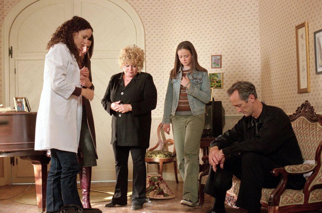 Während die Tierärztin Jeannie (Delaune Michel, l.), Lorelai (Lauren Graham, 2.v.l.) Babette (Sally Struther, M.), Rory (Alexis Bledel, 2.v.r.), Mor... - Bildquelle: 2000 Warner Bros.