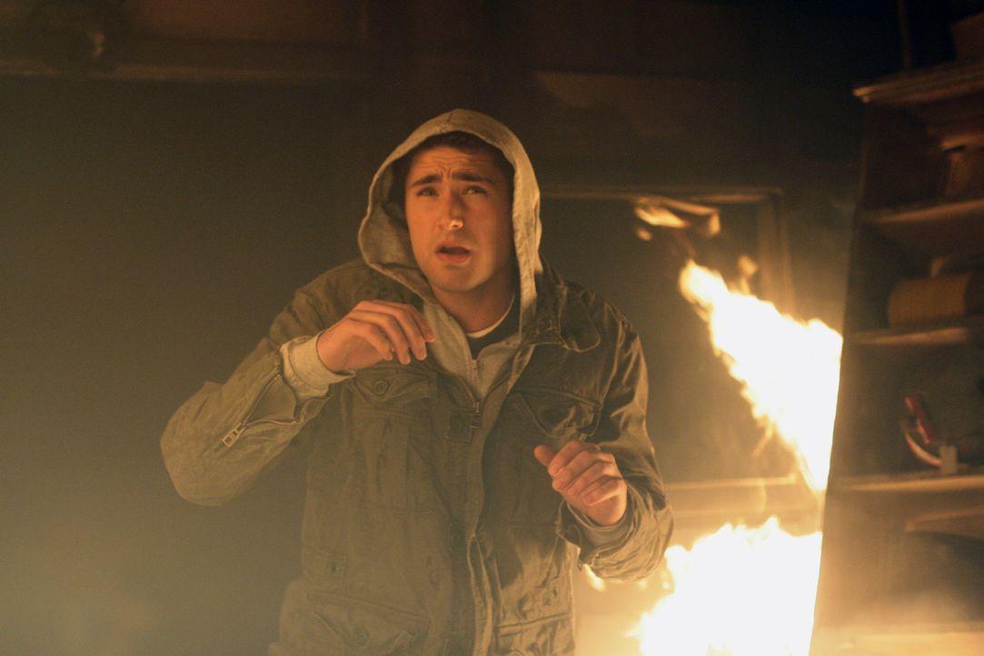 Ohne zu zögern, rennt Kyle (Matt Dallas) in die brennende Hütte, um das Mädchen, das sich darin befindet, zu befreien. Das Erlebnis verändert se... - Bildquelle: TOUCHSTONE TELEVISION