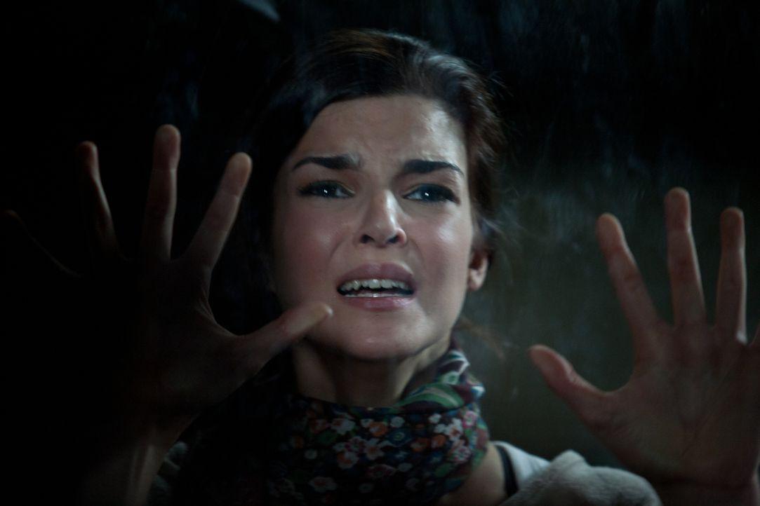 Unglücklicherweise lässt Belén (Clara Lago) den Schlüssel zum Geheimraum auf dem Nachttisch liegen und kann sich nun nicht mehr aus ihrem Versteck b... - Bildquelle: Twentieth Century Fox Film Corporation. All rights reserved.