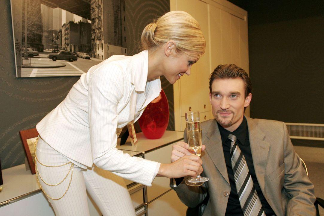 Sabrina (Nina-Friederike Gnädig, l.) findet einen Grund, dem siegessicheren wie anzüglichen Richard (Karim Köster, r.) auf charmante Weise zu ent... - Bildquelle: Sat.1