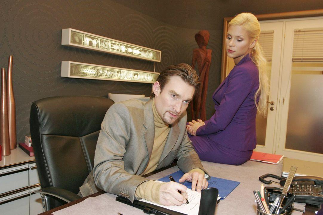 Sabrina (Nina-Friederike Gnädig, r.) macht Richard (Karim Köster, l.) den Vorwurf, dass er zu gestresst sei und sie aus diesem Grund nicht schwanger... - Bildquelle: Monika Schürle SAT.1 / Monika Schürle
