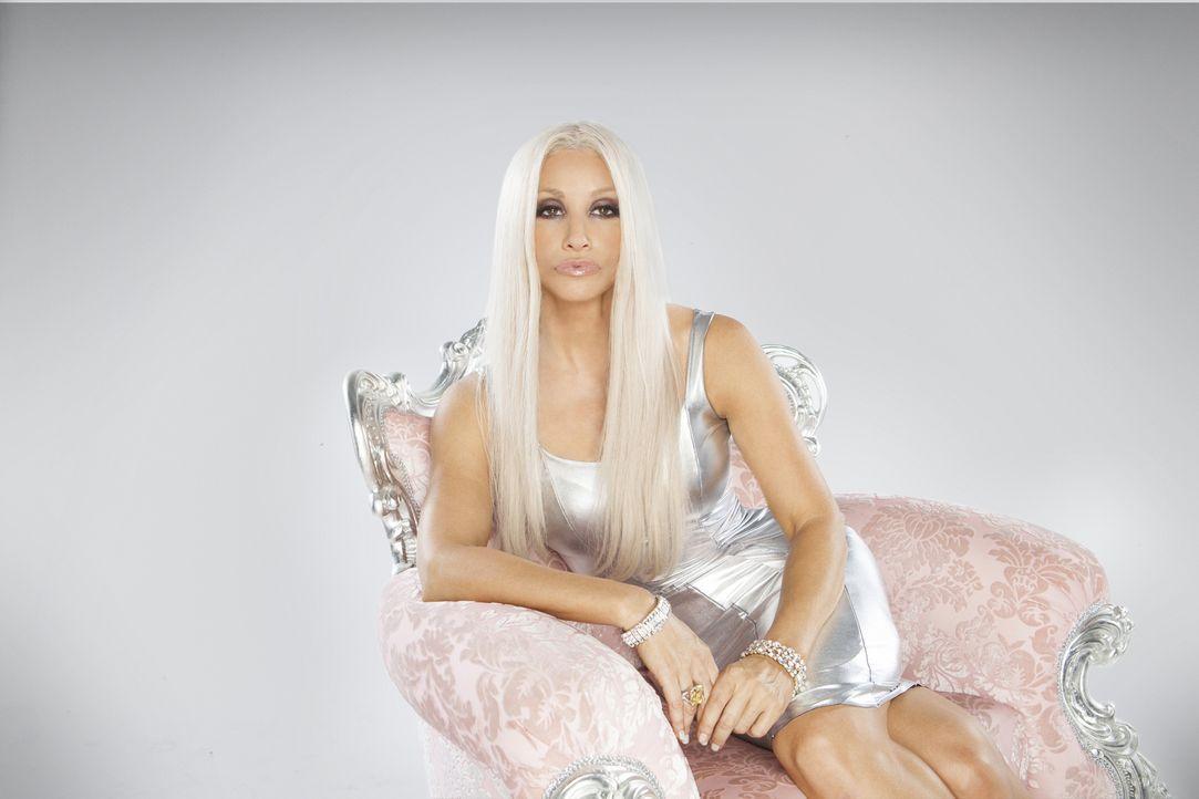 Der Tod des Designers Gianni Versace hätte das Ende einer Modemarke bedeuten können, doch seine Schwester Donatella Versace (Gina Gershon) führt das... - Bildquelle: 2013 Lifetime Entertainment Services, LLC. All rights reserved.