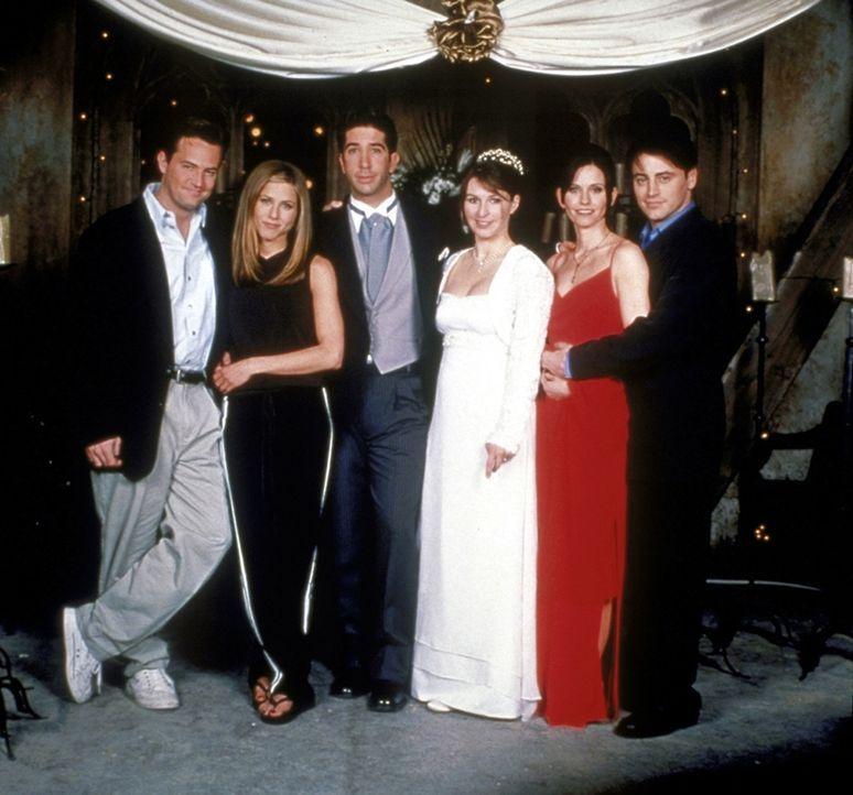 Ross (David Schwimmer, 3.v.l.) soll heiraten: Chandler (Matthew Perry, l.), Joey (Matt LeBlanc, r.) und Monica (Courteney Cox, 2.v.r.) sind Hochzeit... - Bildquelle: TM+  2000 WARNER BROS.