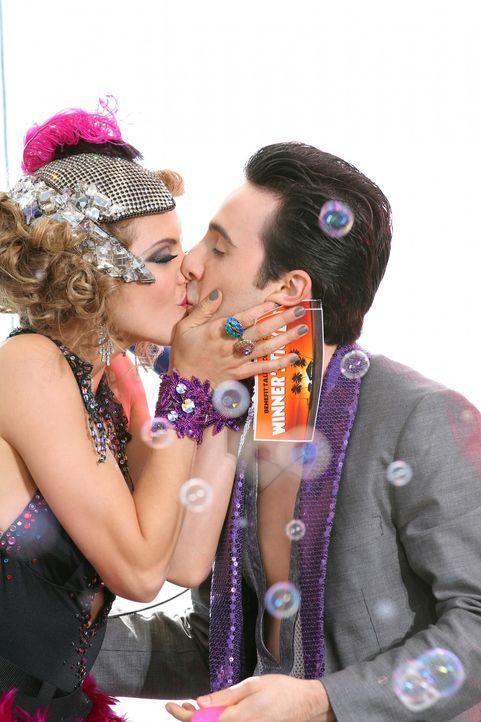 Naomi (AnnaLynne McCord, l.) und Max (Josh Zuckerman, r.) gehen als Sieger des Talentwettbewerbs hervor ... - Bildquelle: 2011 The CW Network. All Rights Reserved.