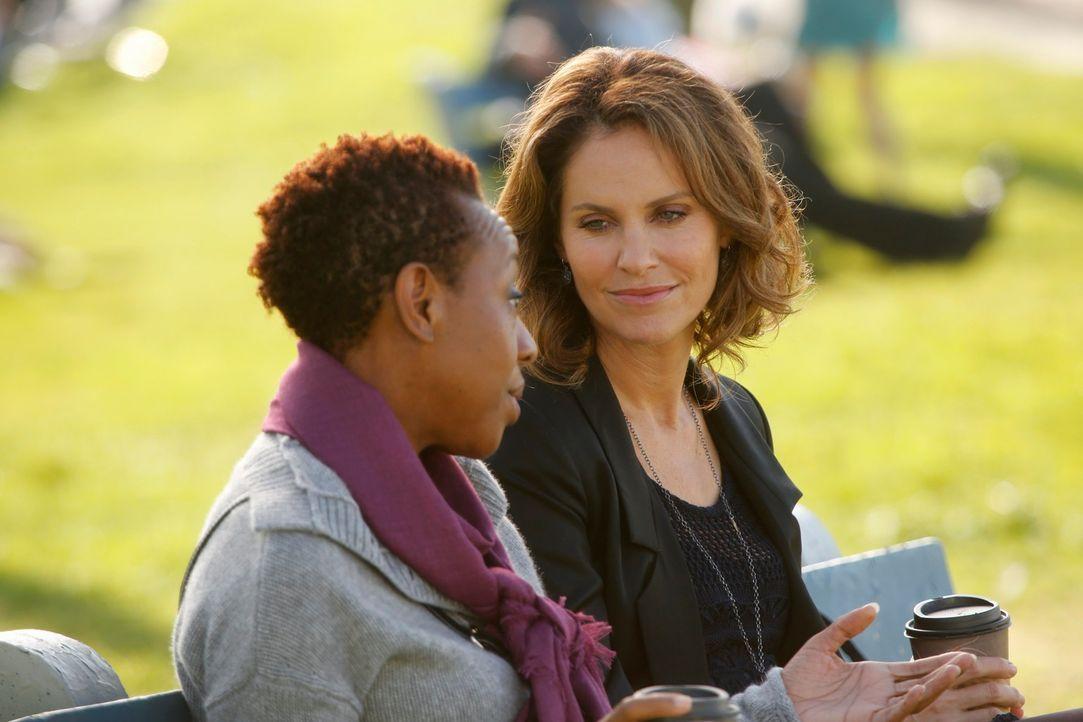 Violet (Amy Brenneman, r.) kümmert sich um Gabi Rivera (Marianne Jean-Baptiste, l.), die nicht akzeptieren will, dass es keine Hoffnung auf Wiedere... - Bildquelle: ABC Studios