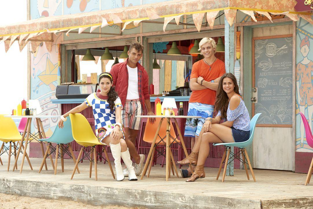 Die Sommerferien sind vorbei und auf Brady (Ross Lynch, 2.v.r.) und Mack (Maia Mitchell, r.) wartet der Alltag, doch dann bekommen sie überraschend... - Bildquelle: Bob D'Amico 2014 Disney Enterprises, Inc. All rights reserved.