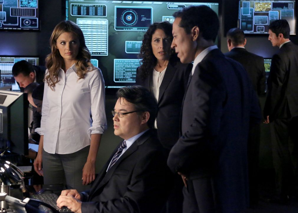 Kate Beckett (Stana Katic, l.) hofft auf die Hilfe von Agent Richmond (Peter James Smith, vorne sitzend), Chief Carl Villante (Yancey Arias, vorne r... - Bildquelle: ABC Studios
