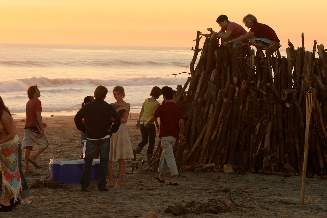 Marissa (Mischa Barton, M.r.) engagiert sich mal wieder für die Schule und organisiert ein großes Freudenfeuer am Strand und Ryan (Benjamin McKenz... - Bildquelle: Warner Bros. Television