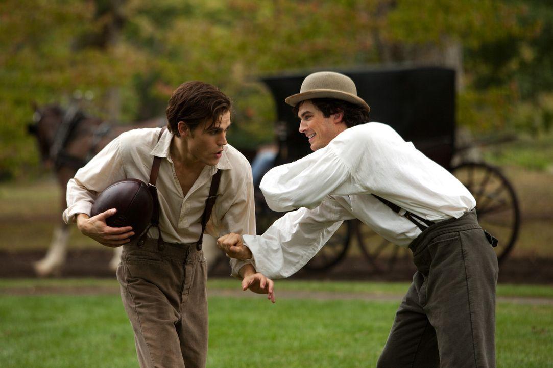 Dass sich Damon Salvatore (Ian Somerhalder, r.) und sein Bruder Stefan (Paul Wesley, l.) so gut verstehen liegt bereits 150 Jahre zurück. - Bildquelle: Warner Brothers