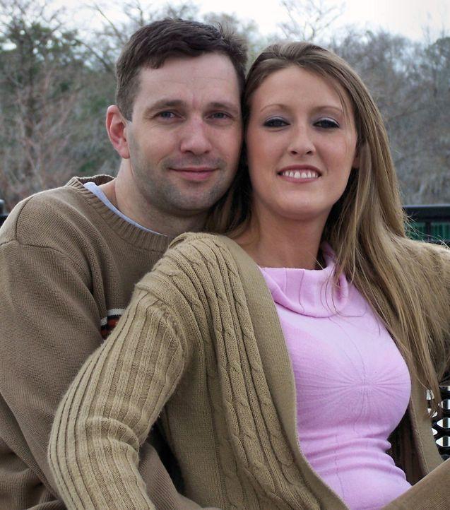 Eigentlich führte Amanda Logue (r.) ein schönes Leben mit ihrem Ehemann (l.) und einer 9-jährigen Tochter. Doch dann entdeckt sie das große Geld in... - Bildquelle: 2016 NBCUniversal Alle Rechte vorbehalten