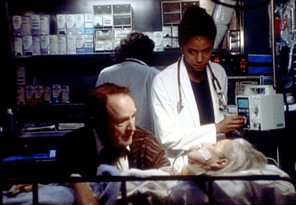 Mitchell verabschiedet sich von seiner toten Frau. Die bewegende Szene veranlasst Jeanie (Gloria Reuben, r.), über ihre gescheiterte Ehe nachzudenk... - Bildquelle: TM+  WARNER BROS.