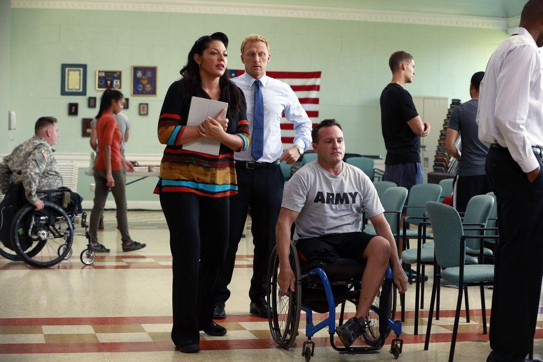 Hoffnung für Charlie, der im Krieg ein Bein verlor (Ben Bowen, r.): Wird er Dank Callie (Sara Ramirez,l.) und Owen (Kevin McKidd, M.) schon bald wie... - Bildquelle: ABC Studios