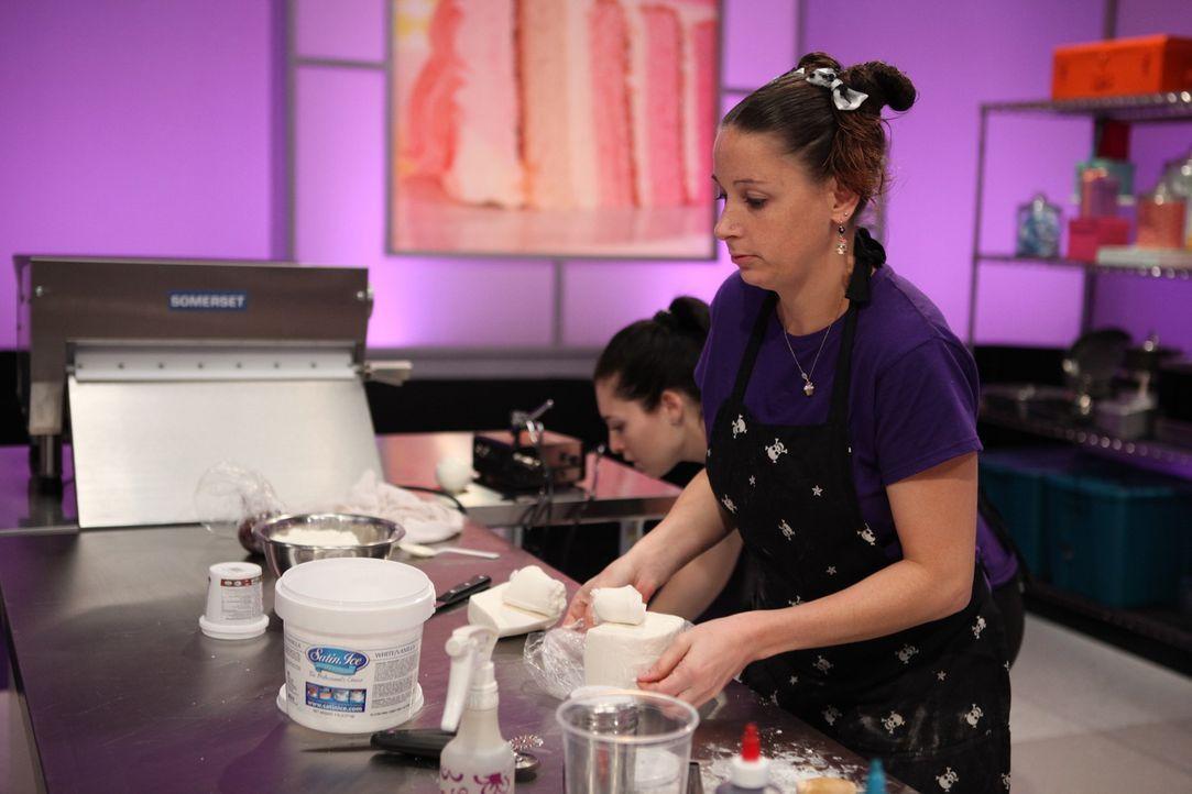 """Normalerweise backt Jen Richmond (r.) nur für die Kunden ihres Ladens Jenni Cakes, doch heute möchte sie die """"Cake Wars""""-Jury von ihrem Talent überz... - Bildquelle: 2016,Television Food Network, G.P. All Rights Reserved"""