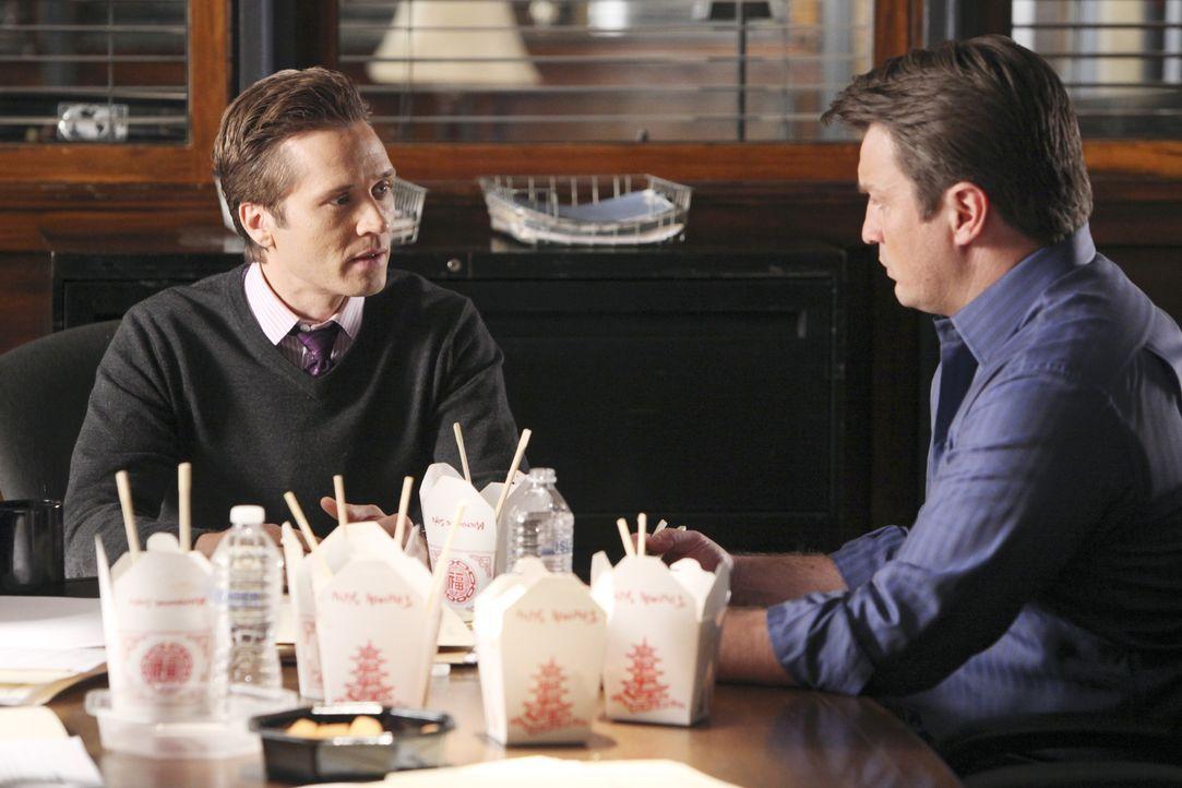 Richard Castle (Nathan Fillion, r.) redet Kevin Ryan (Seamus Dever, l.) bezüglich seiner Diät ins Gewissen ... - Bildquelle: ABC Studios