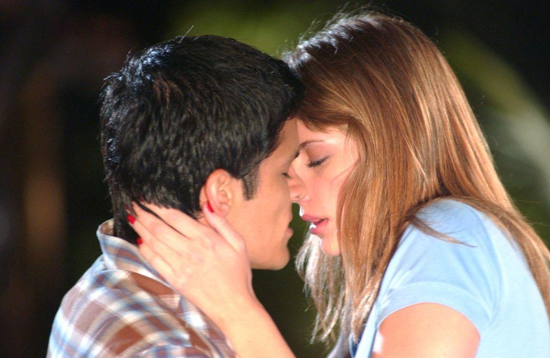 In Ryans Abwesenheit hat Marissa (Mischa Barton, r.) heimlich ein Verhältnis mit dem Gärtner (Nicholas Gonzalez, l.) angefangen ... - Bildquelle: Warner Bros. Television