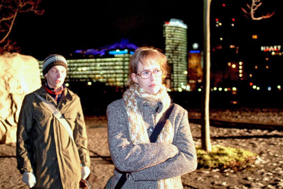 Jürgen (Oliver Bokern, l.) begreift, dass er Lisa (Alexandra Neldel, r.) mit seiner Offenheit extrem verletzt hat. (Dieses Foto von Alexandra Neldel... - Bildquelle: Monika Schürle SAT.1 / Monika Schürle