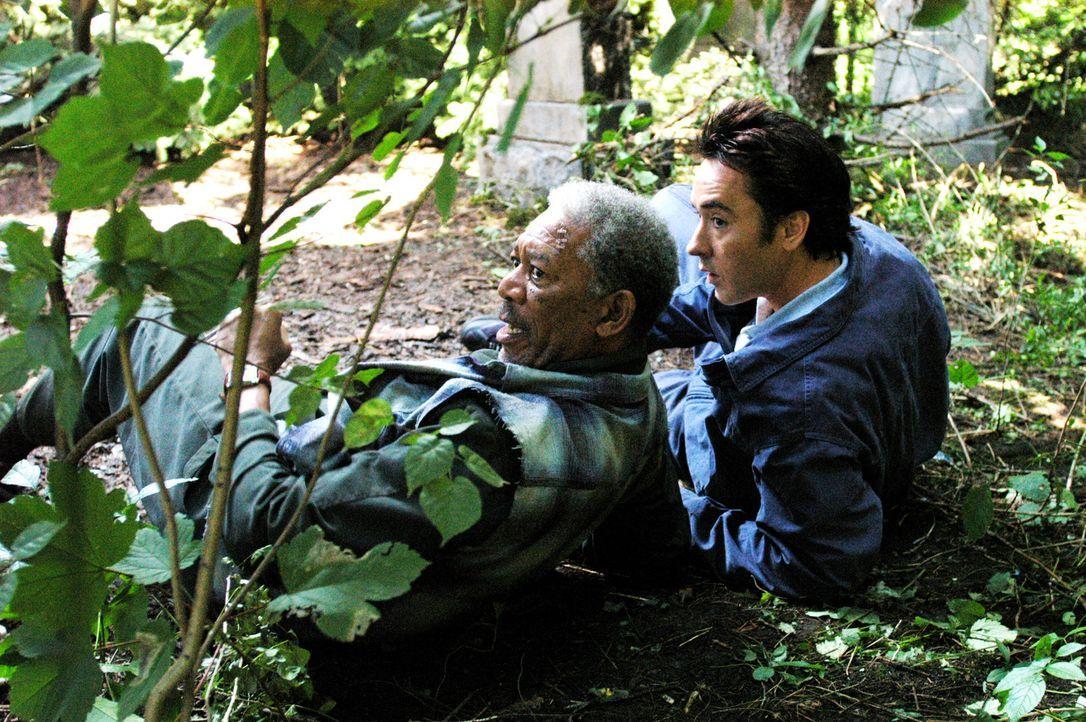 Auf der Flucht: Ray (John Cusack, r.) und Carden (Morgan Freeman, l.) ... - Bildquelle: Millennium Films