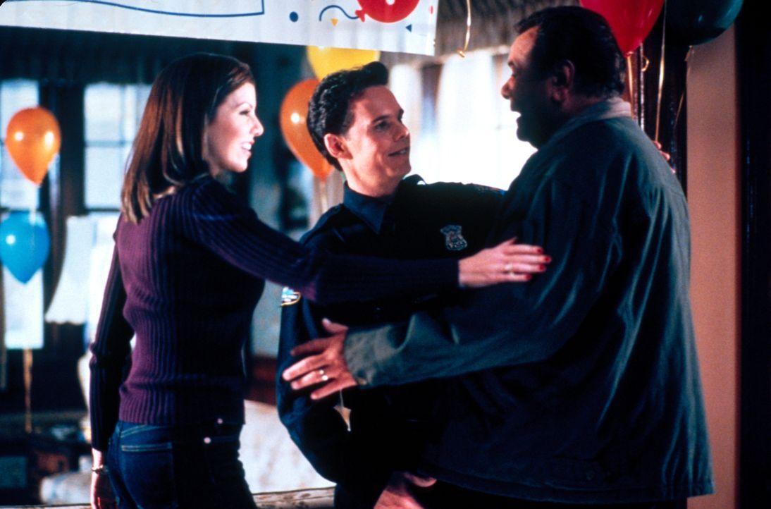 Nach einem Herzinfarkt, sind Lydia (Heather Paige Kent, l.) und Paul (Kevin Dillon, M.) in großer Sorge um ihren Vater Frank (Paul Sorvino, r.) ... - Bildquelle: CBS Television