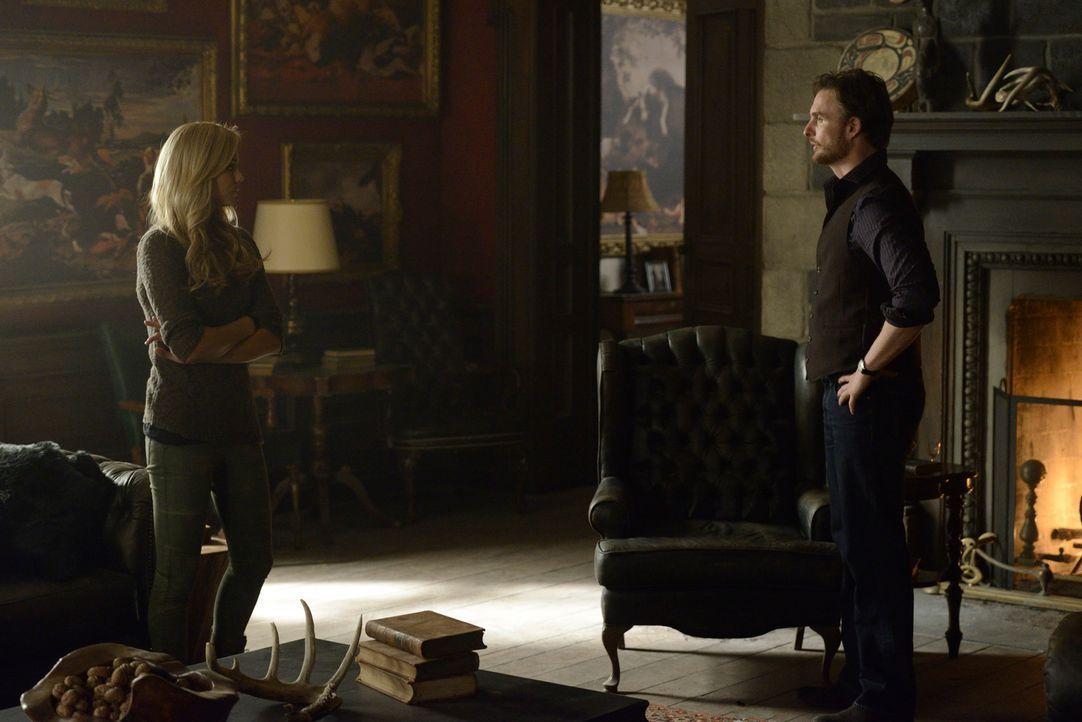 Jeremy (Greg Bryk, r.) weiß, dass nur Elena (Laura Vandervoort, l.) dem Töten ein Ende setzen kann, doch auch ihr Unbehagen den anderen Wölfen gegen... - Bildquelle: 2014 She-Wolf Season 1 Productions Inc.