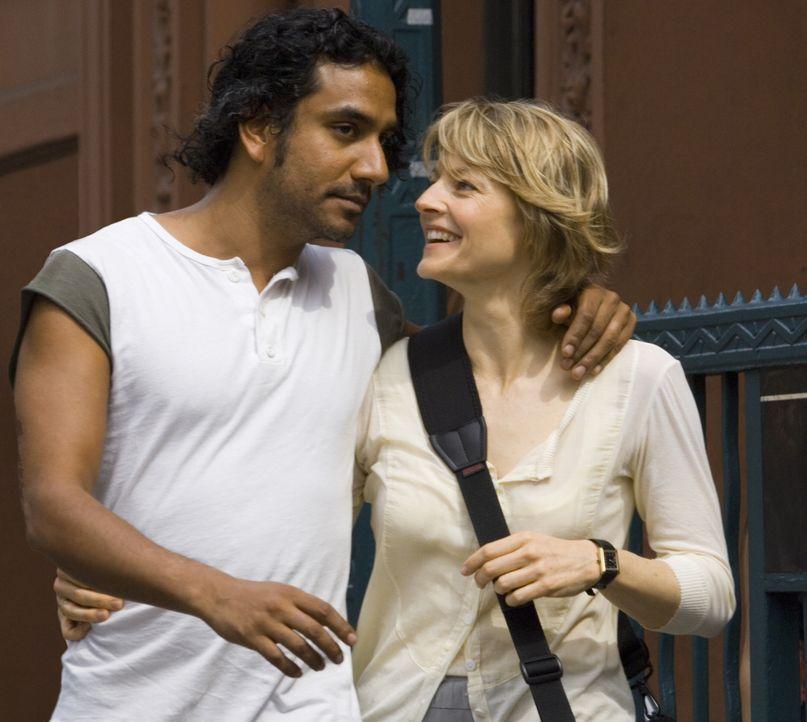 Gerade erst haben die Radio-Moderatorin Erica Bain (Jodie Foster, r.) und ihr Verlobter David (Naveen Andrews, l.) die Farbe für die Hochzeitseinlad... - Bildquelle: Warner Bros.