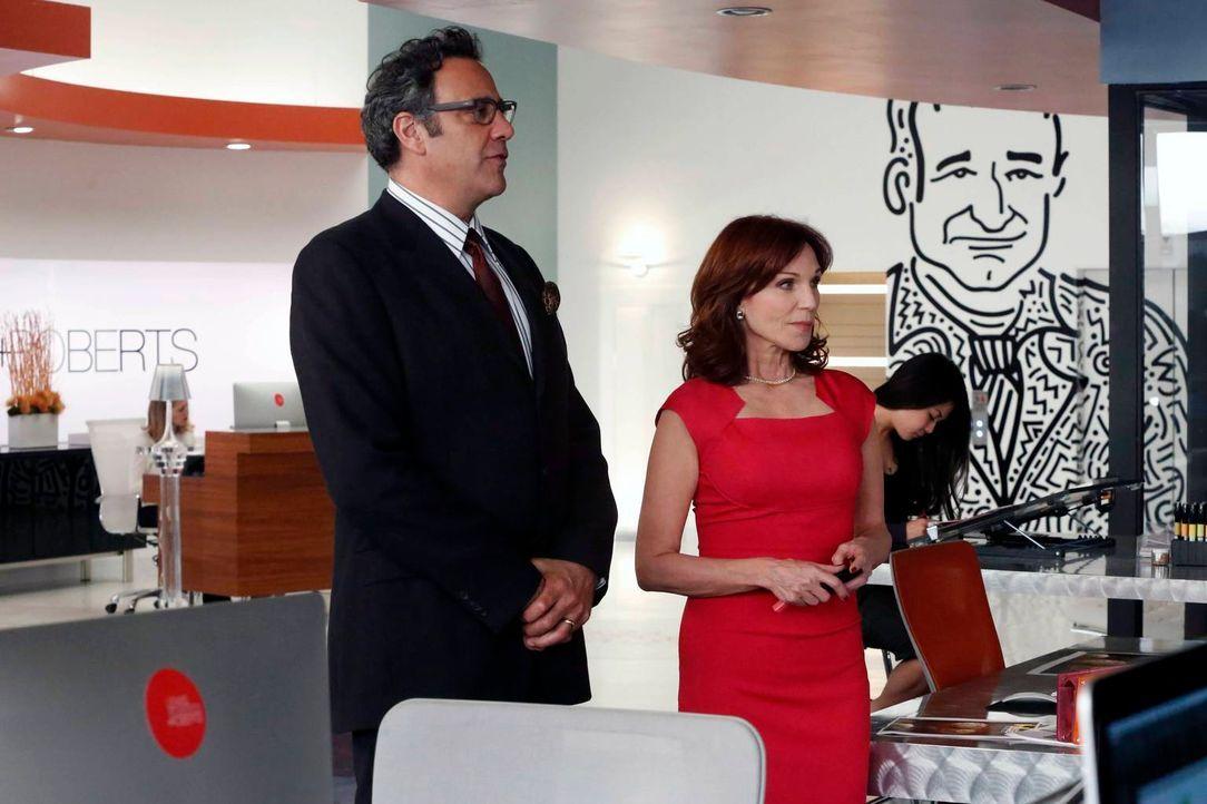 Während Gordon (Brad Garrett, l.) und Paige (Marilu Henner, r.) dafür sind, die Agentur zu verkaufen, ist Simon total dagegen. Doch wer wird das let... - Bildquelle: 2014 Twentieth Century Fox Film Corporation. All rights reserved.