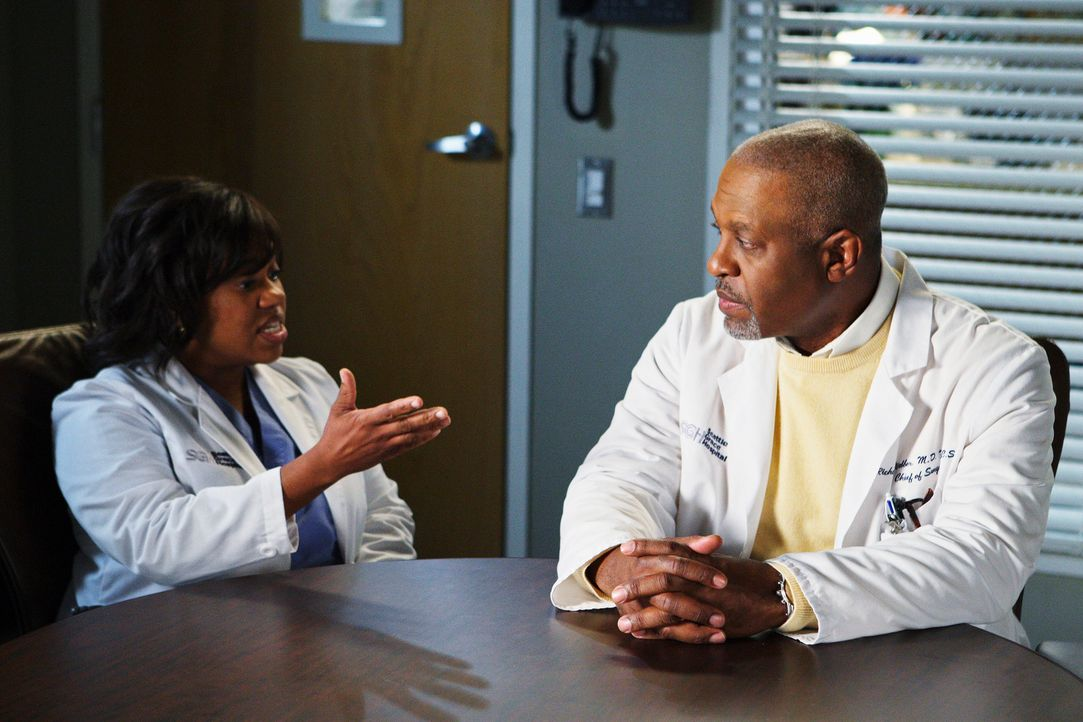 Webber (James Pickens, Jr., r.) ist verzweifelt, weil ihm die Chirurgen weglaufen. Diese ganze Wut entlädt sich auf  Bailey (Chandra Wilson, l.), d... - Bildquelle: Touchstone Television